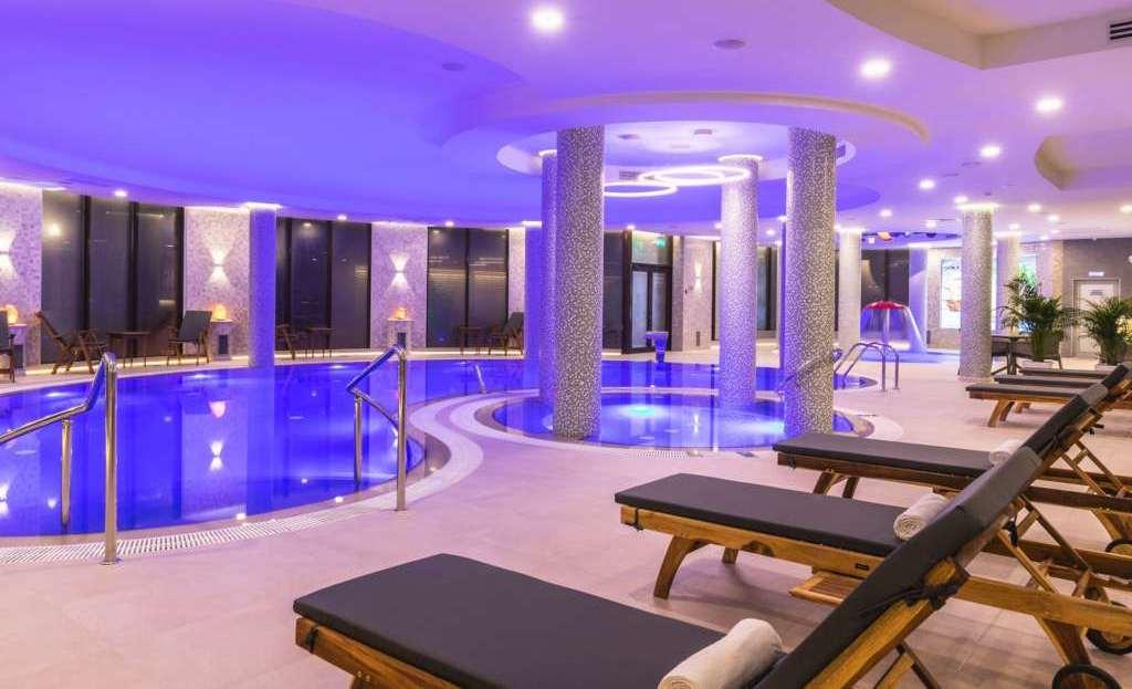Фото подогреваемого бассейна в Спа-отеле «Роза Ветров»