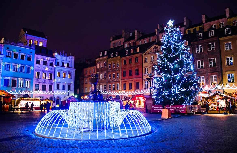 Рождественская ярмарка на рыночной площади Варшавы
