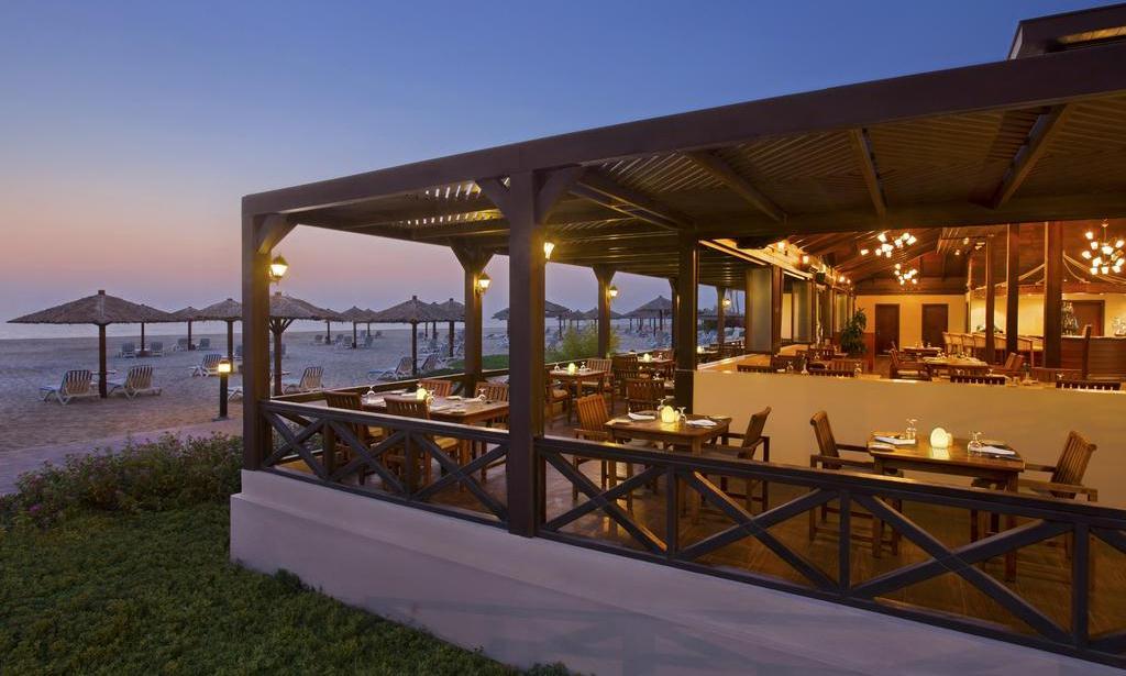 Фото ресторана в отеле Hilton Al Hamra Beach & Golf Resort