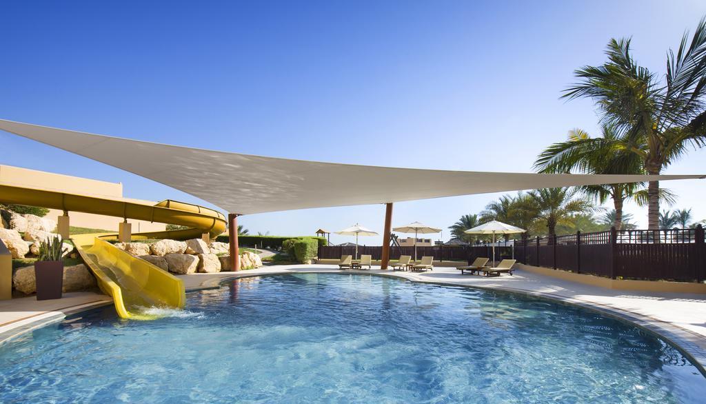 Бассейн с водной горкой в Hilton Ras Al Khaimah Resort & Spa