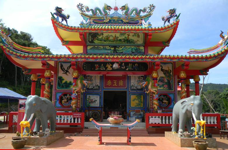 Китайский храм Chao Po (Baan Chao Por) на острове Ко Чанг, Таиланд