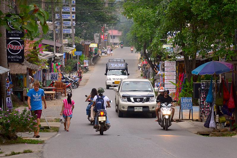 Фото главной дороги Ко Чанга, вдоль которой расположены пляжи Ко Чанга