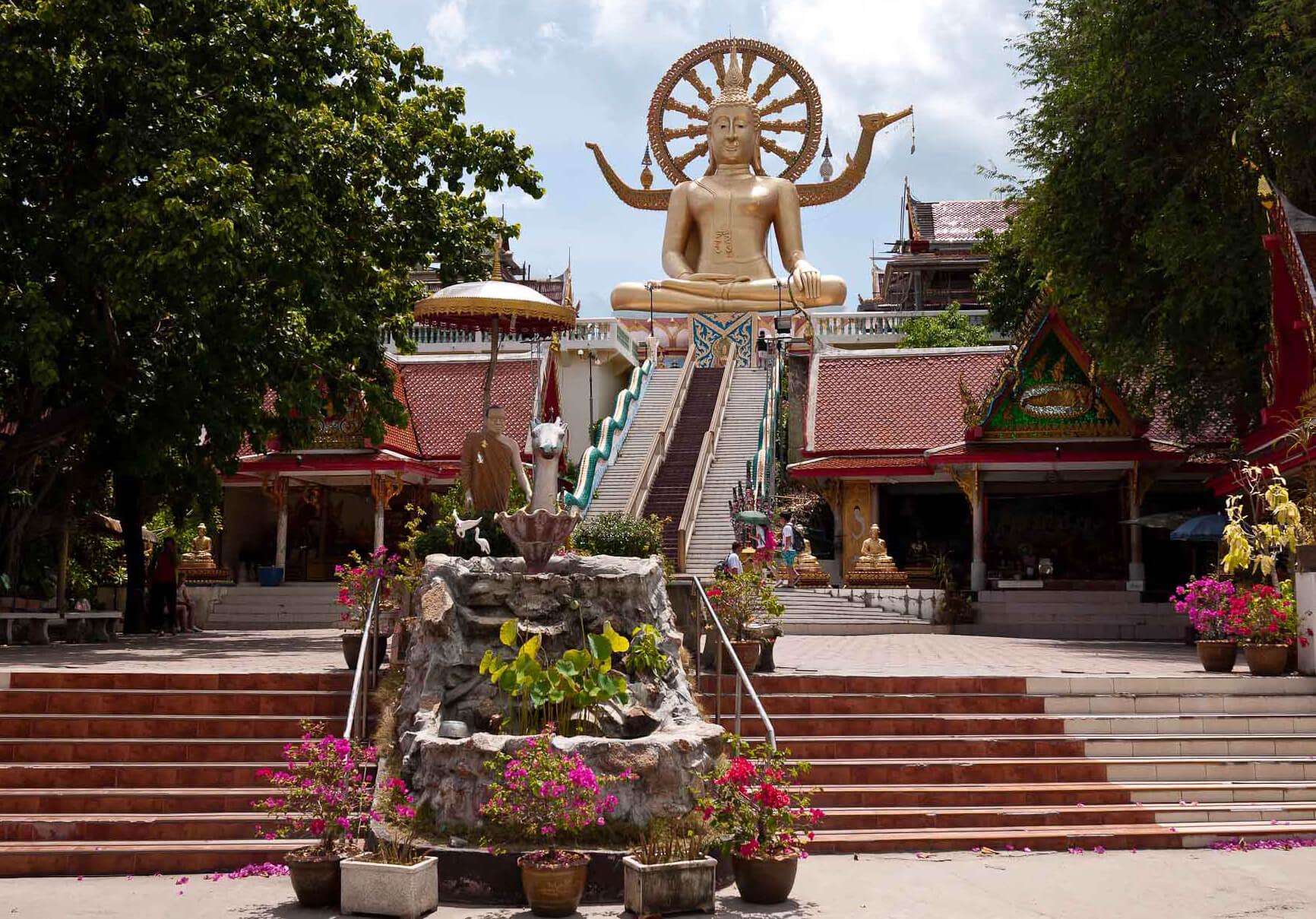 Развлечения для детей на Самуи, фото статуи Будды в храме Ват Пра Яй (Wat Phra Yai)