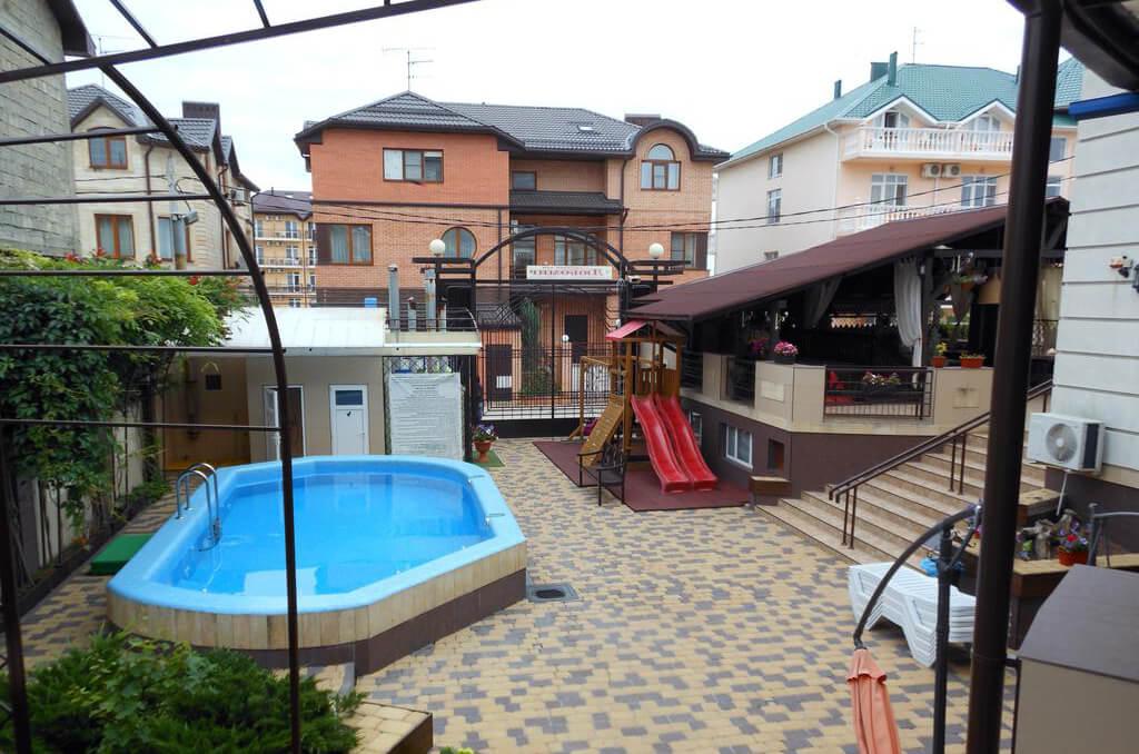 Старинный Таллин - неплохой отель для отдыха в Витязево с детьми: бассейн, игровая площадка, детская комната