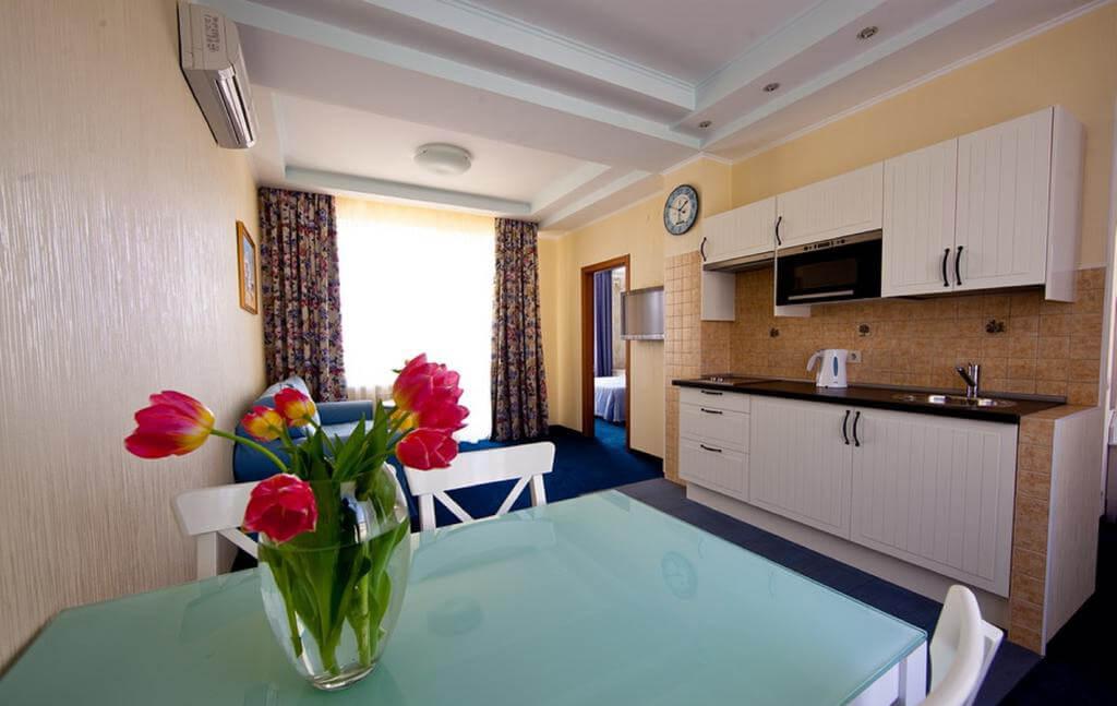 Фото номера с кухней в отеле Золотые Дюны