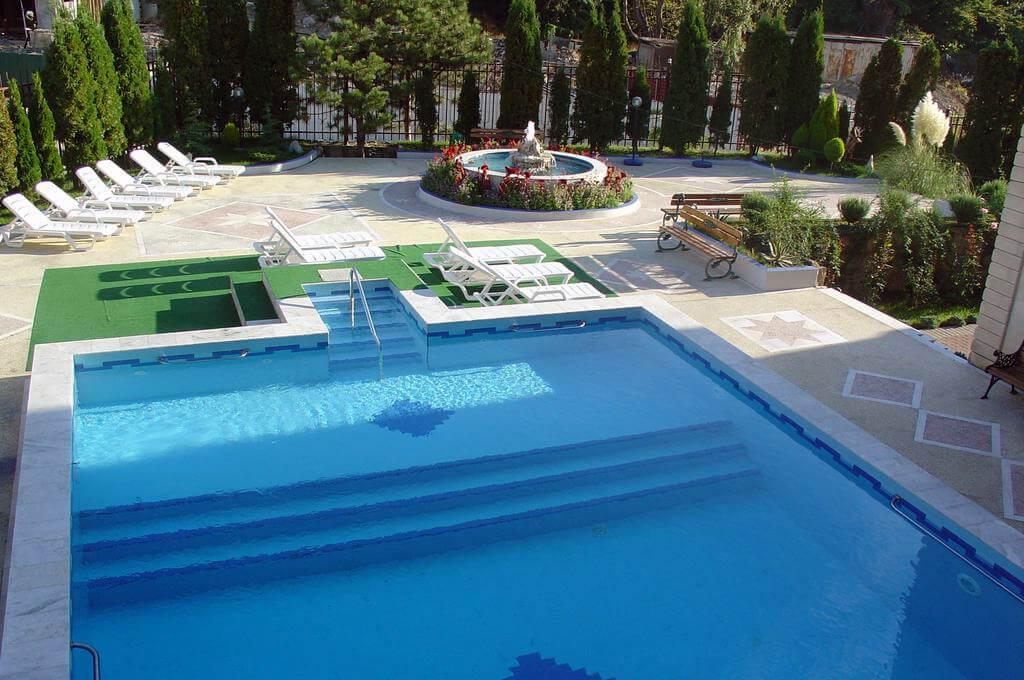 Фото бассейна в гостевом доме «Две сосны» в городе Сочи