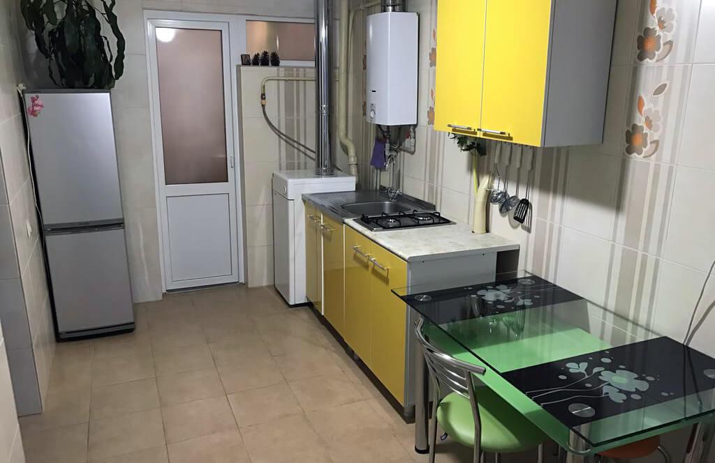 Фото кухни в номере гостевого дома «Лавр» в городе Сочи.