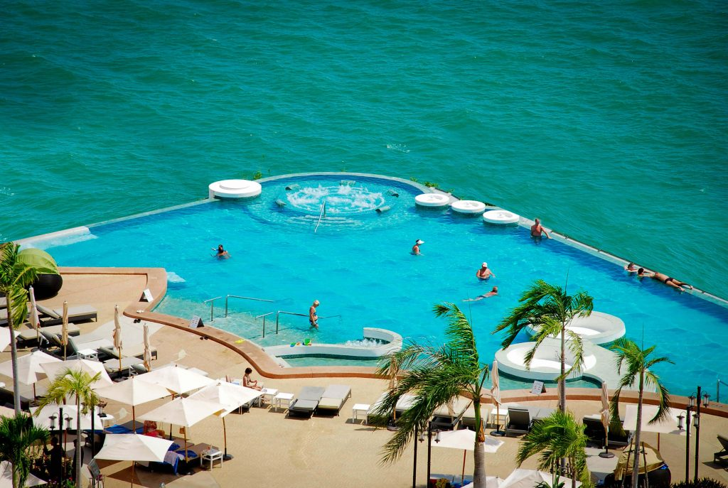 bassejn-beach-infini-pool-pri-otele-royal-cliff-beach-hotel-pattaya