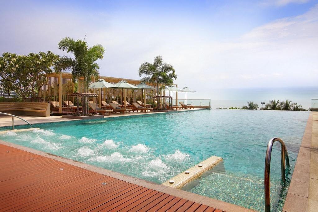 Фото бассейна в отеле Holiday Inn Pattaya