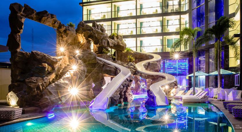 Фото бассейна с горками в отеле Centara Azure (Паттайя)