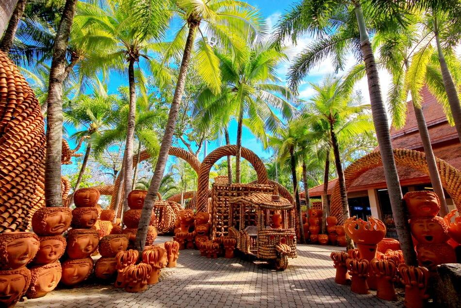 Фото фигур из глиняных горшков в тропическом саду Нонг Нуч (Паттайя)