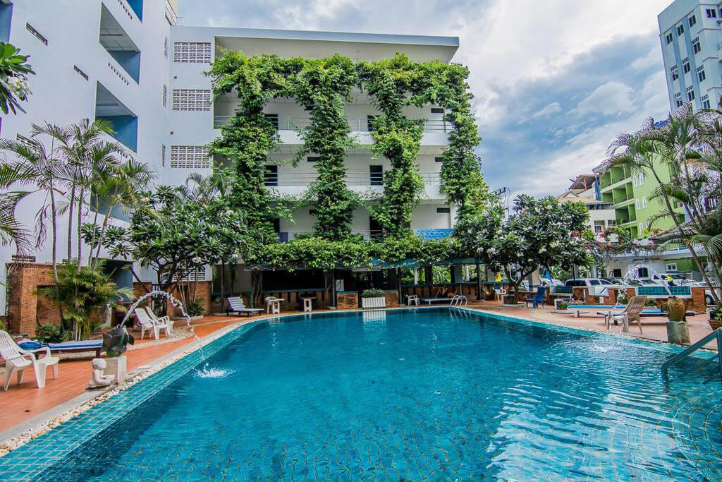 Фото бассейна в отеле Sutus Court в Паттайе