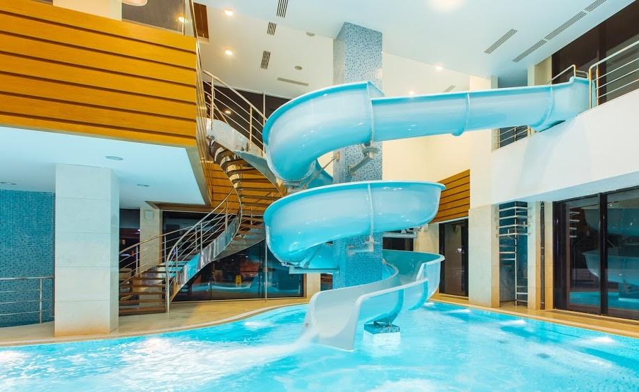 """Фотография теплого закрытого бассейна в водной горкой в отеле """"Арфа"""" (Адлер)"""