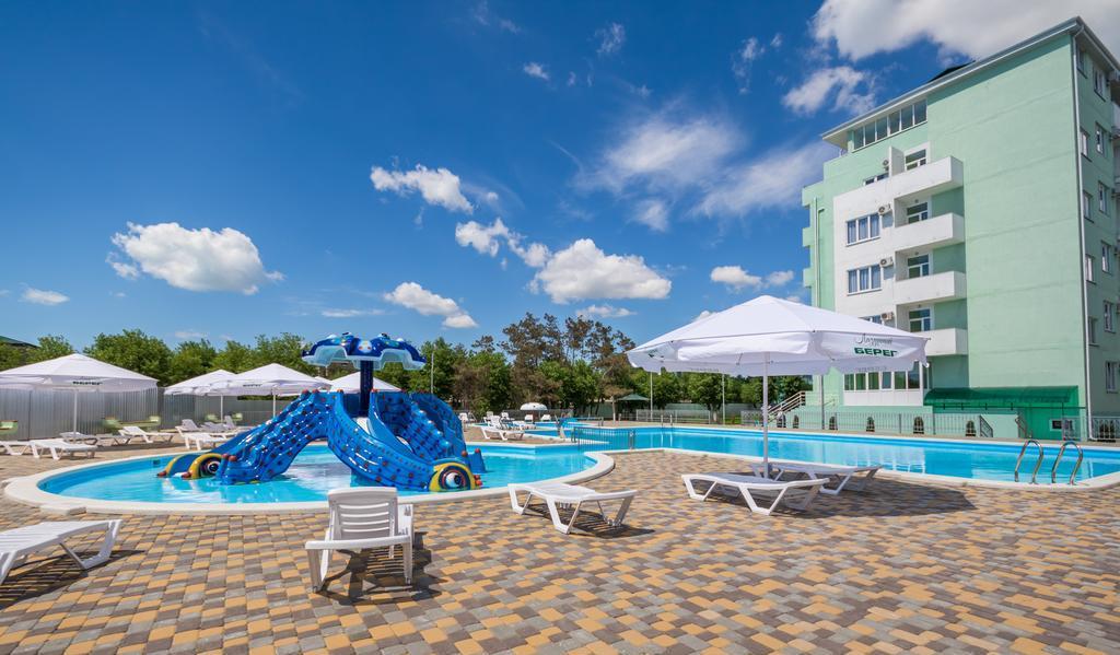 Фото бассейна с водными горками в гостинице «Лазурный берег» в Анапе