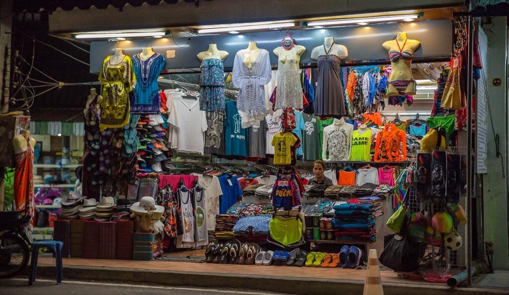 Одежда и обувь на рынке Самуи
