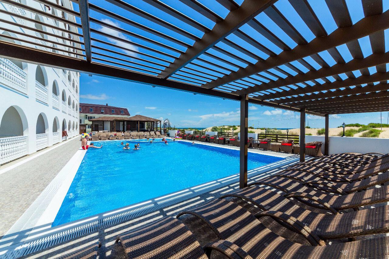 Фото открытого бассейна с подогревом в отеле La Melia