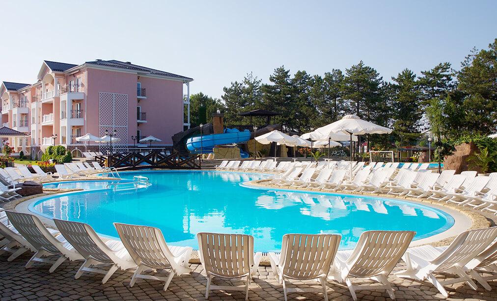 Фото открытого бассейна с подогревом в отеле Riviera Resort & Spa