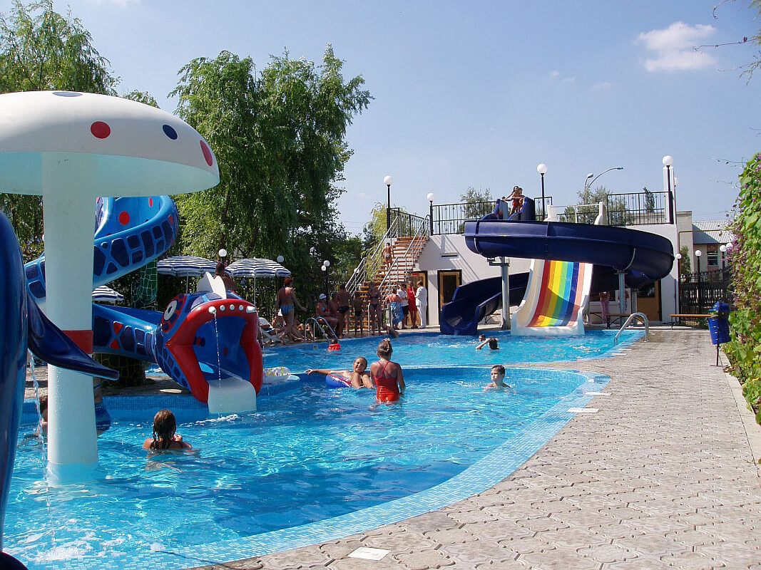 Фотография бассейна с водными горками в санатории Рябинушка (Анапа)