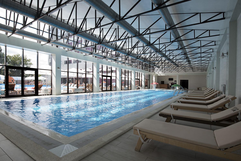 Фото крытого бассейна с подогревом в отеле Beton Brut (Анапа)