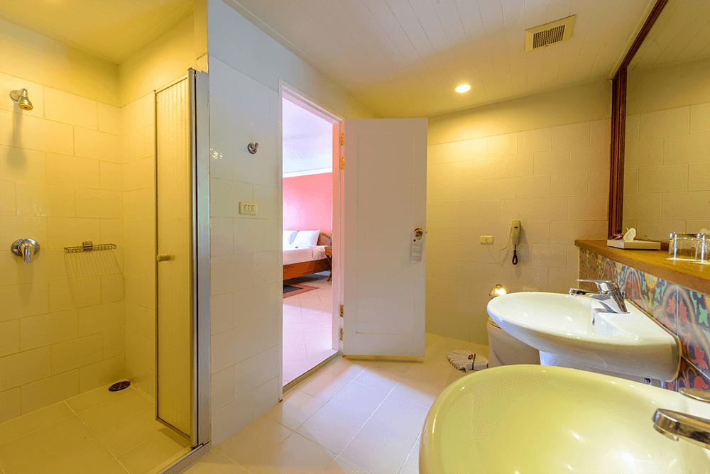 Снимок ванной комнаты в номере делюкс в отеле Андаман Сивью (Пхукет)