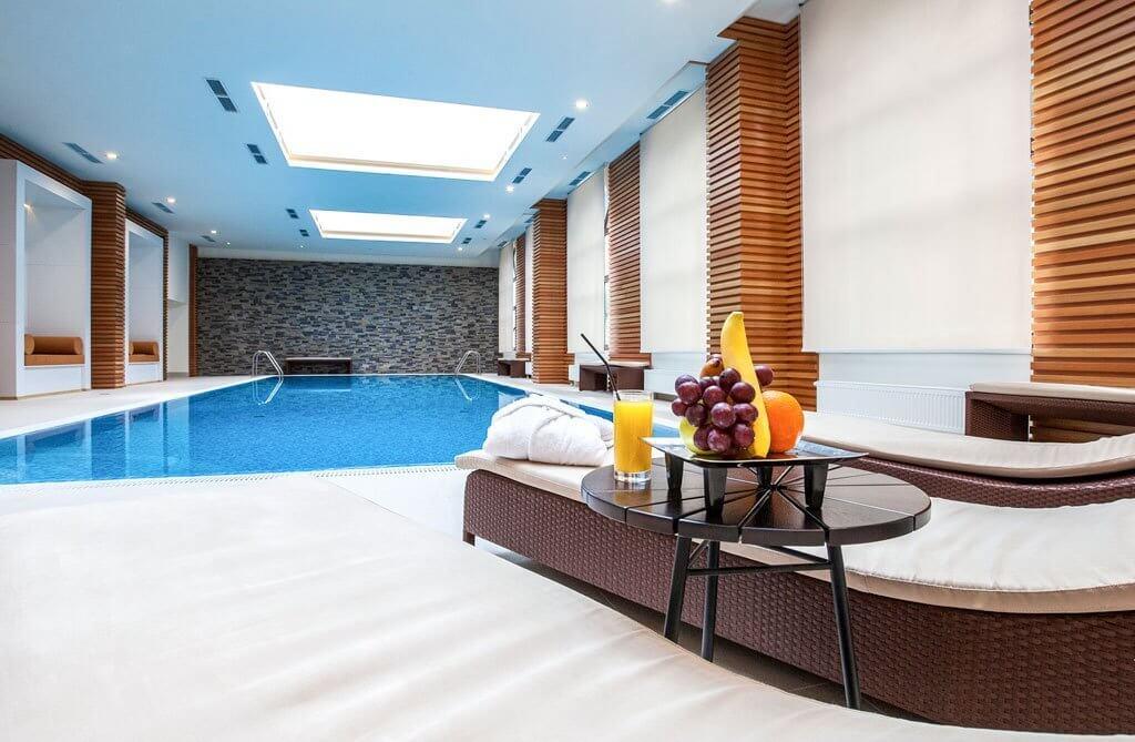 Фото теплого бассейна отеля Mercure Rosa Khutor (Красная Поляна)