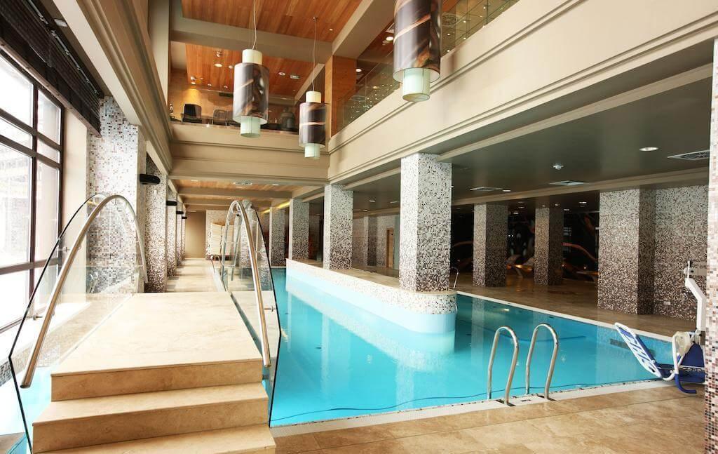 Фото подогреваемого бассейна в отеле Поляна 1389 в Сочи