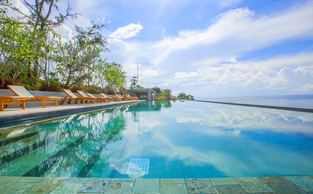 фото бассейна в отеле Surin Beach Resort