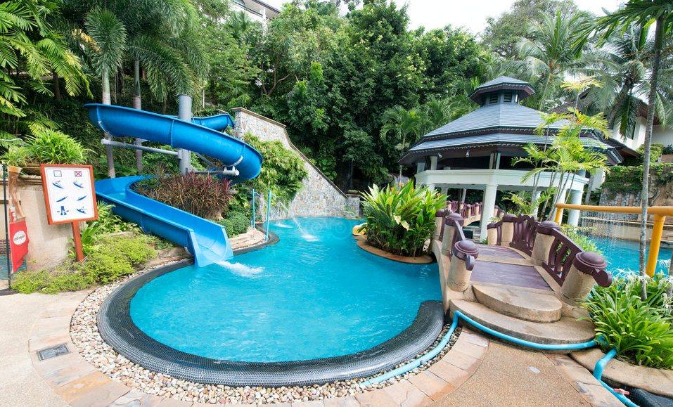 Водная горка для детей в бассейне отеля Diamond Cliff Resort на Пхукете