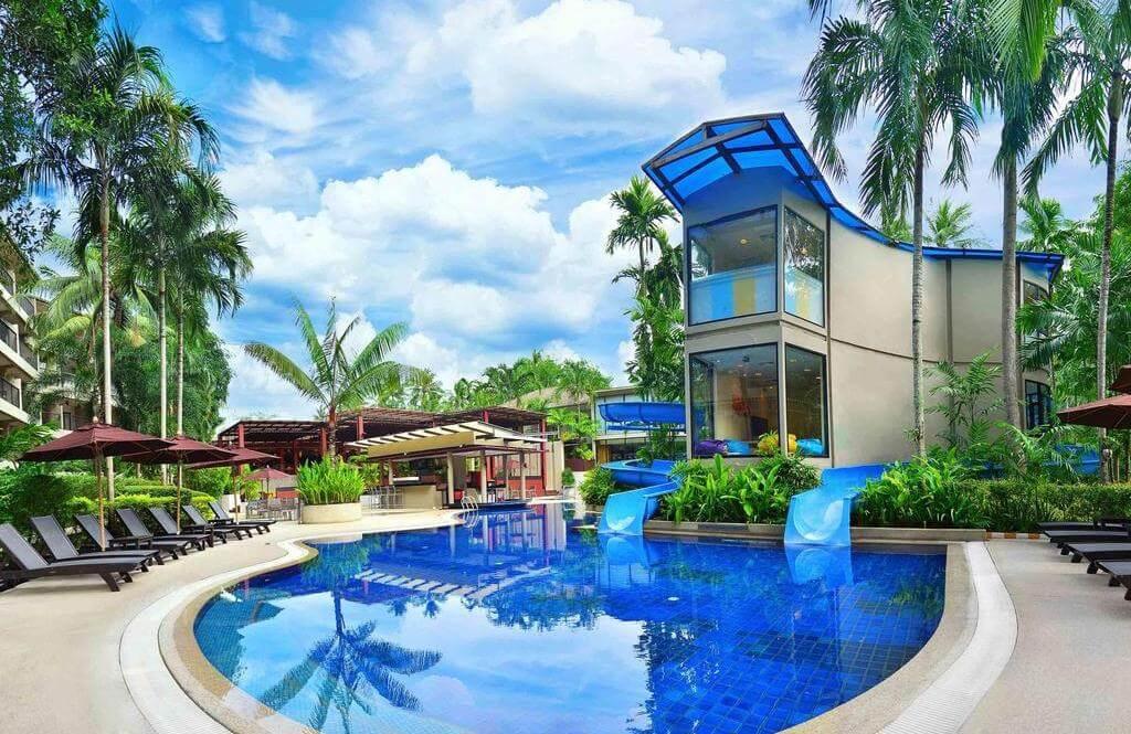 Бассейн с водными горками в отеле Novotel Surin Beach Resort